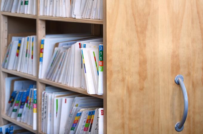 タンスや本棚を置いて隣家からの騒音対策